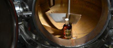 Blick in den Brennkessel - Tag der offenen Destillerien