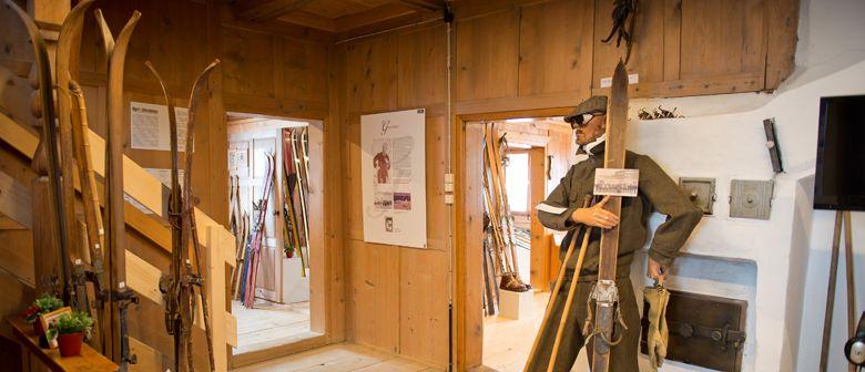 Vorarlberger FIS Skimuseum in der Kulisse Pfarrhof