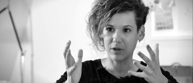 Kinga Tóth: Bargespräch, Lesung, Performance