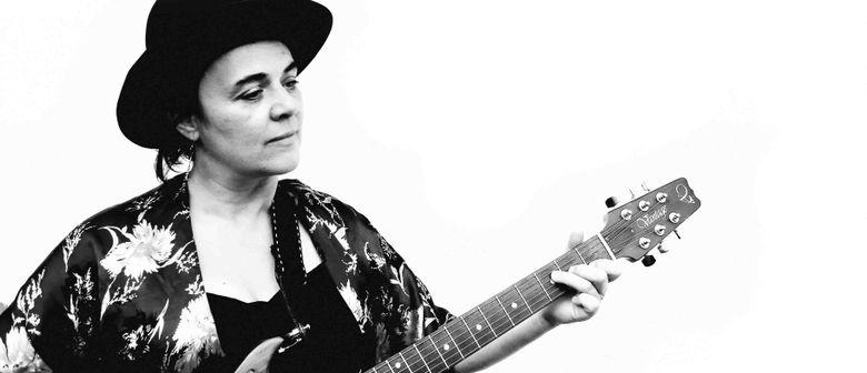RAMONA KASHEER ... singt Lavant: Herzhandteller